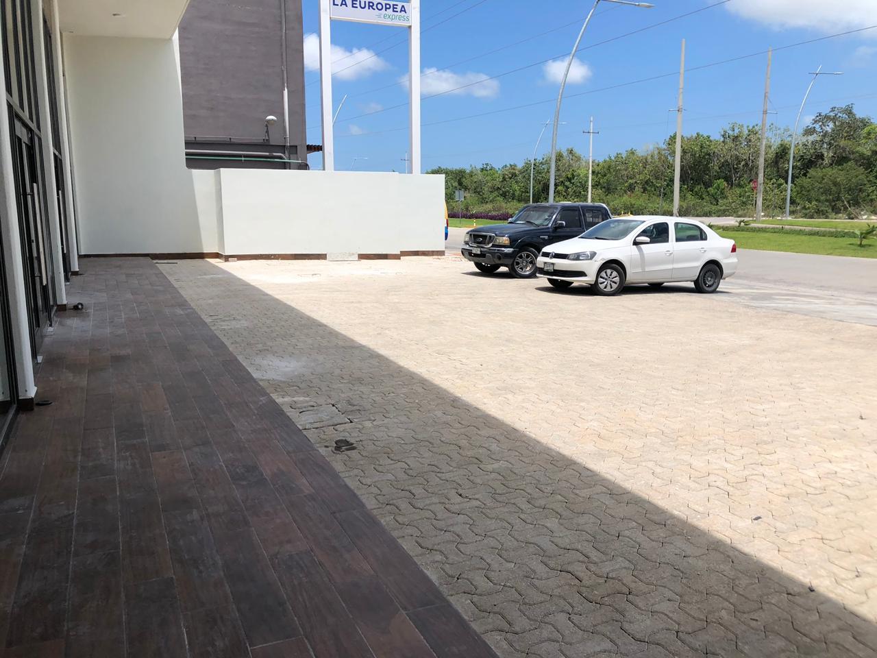 Locales en renta sobre Av. Huayacán, zona en alto desarrollo en Cancún