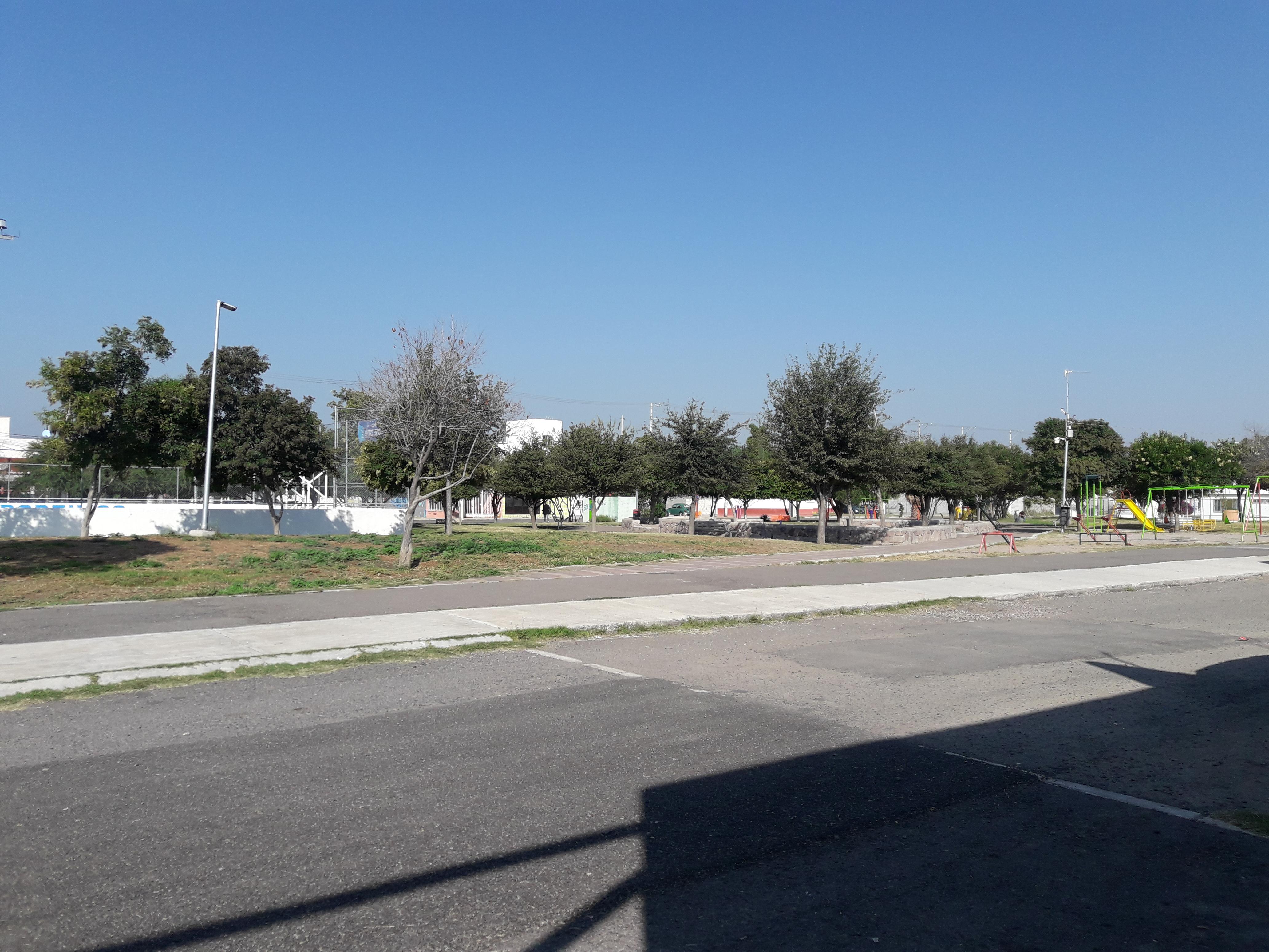 Locales comerciales  con superficie de 150 m2.  Divididos en 5 secciones. Frente a Parque