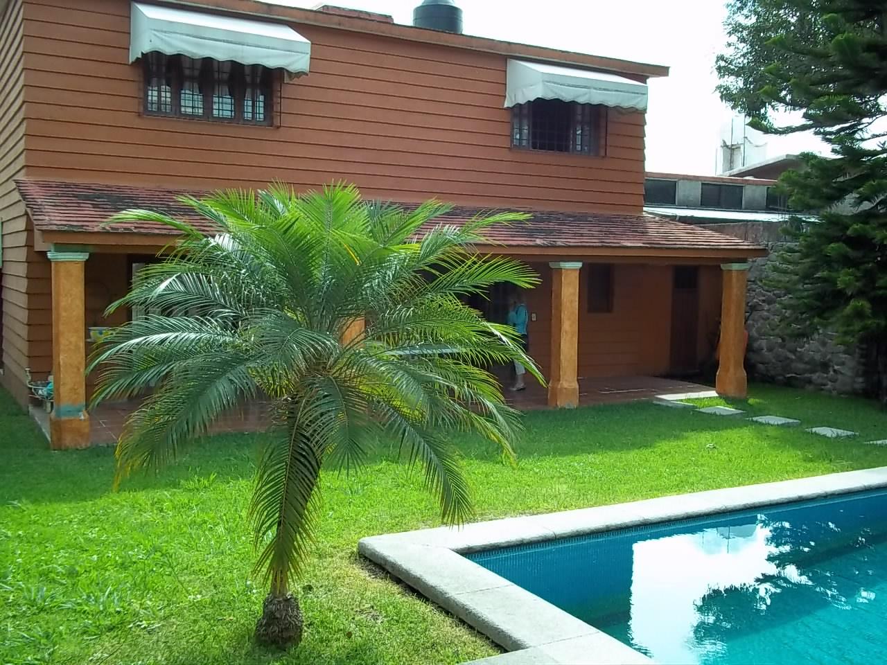 Se renta casa sola con alberca en Fraccionamiento Burgos